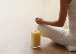 meditazione,-yoga,-candela,-seduta-a-gambe-incrociate-225319